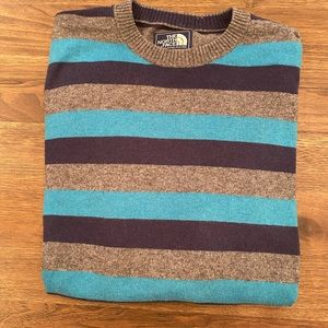 Stylish North Face sweater size S